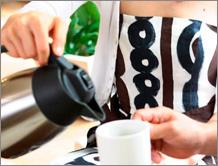 コーヒーメーカー ECH-1001は、真空断熱構造のポットに入れてそのまま保温。電源がいらずどこででも楽しめます。