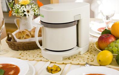 野菜などの栄養素がたっぷり溶け込んだスープを全自動でつくります。