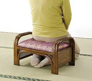 正座しても足がしびれづらく、立ち上がりやすい丈夫な手すり付。高座椅子のオットマンとしても。