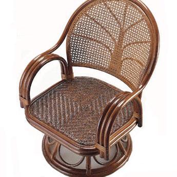 籐回転座椅子(ダークブラウン色)籐で涼しく、マットで暖かく、一年中使えます。アーム部は丈夫で豪華な3本ポールのフレーム構造。背もたれ部は通気性のよいカゴメ編み。座面部はクッション性の高いアジロ編み。