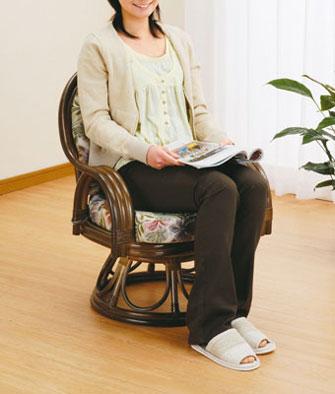 籐回転座椅子(ダークブラウン色)リゾートな雰囲気に加え、軽さや機能性でも人気です。