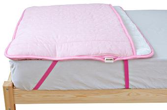 ゴムバンドで布団に固定できるので寝ている間もずれにくい。></td>