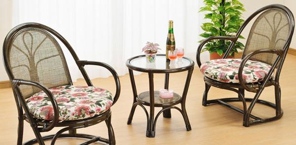立ち座りが楽な籐アームチェアー2脚と天板ガラステーブルの籐リビング3点セットです。